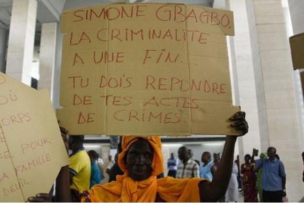 Côte d'Ivoire: le procès de Simone Gbagbo reprend, des proches de victimes manifestent