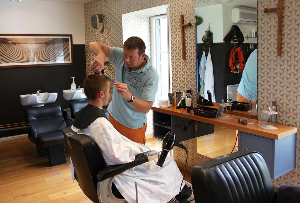 Le coiffeur rate sa coupe de cheveux il appelle la police abidjan c te d 39 ivoire - Salon d esthetique pour homme ...