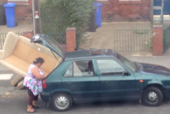 Une famille tente de faire entrer un gros canap dans une for Canape voiture