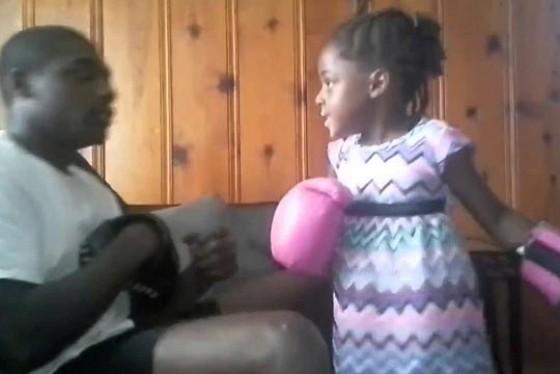 Vid o une fillette joue la boxe et met k o son papa for Abidjan net cuisine tantie rose