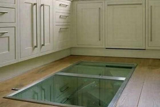 Photos il construit une fen tre sur le sol de sa cuisine for Ajouter fenetre sous sol