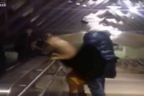 Video girl ayant des relations sexuelles en public