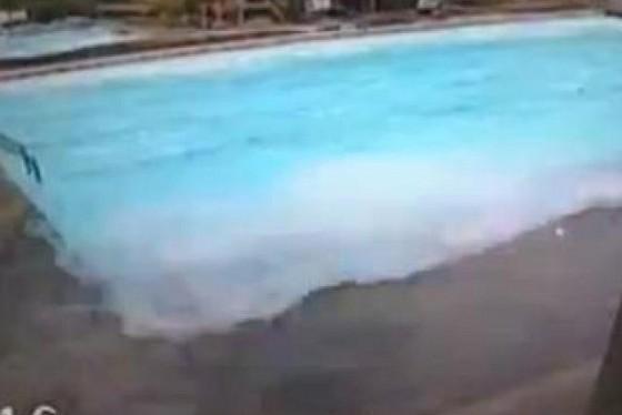Vid o une piscine tremble et d borde durant le s isme au for Piscine qui deborde