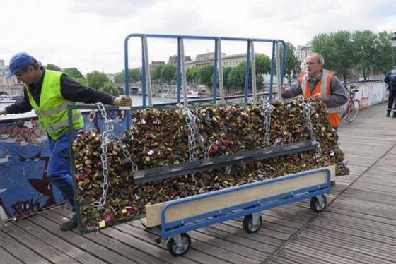 Photos et vid os france les cadenas d amour retir s du pont des arts le - Pont des cadenas paris adresse ...