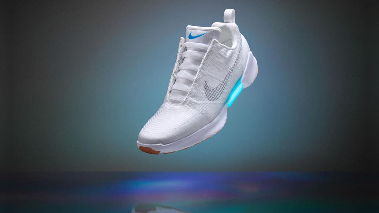 Nike présente ses chaussures qui se lacent toutes seules   LeBabi ... e4d4a97a81e2