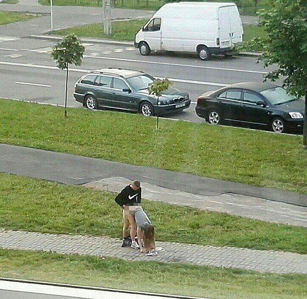 un couple fait l amour en pleine rue leurs g missements r veillent le voisinage. Black Bedroom Furniture Sets. Home Design Ideas